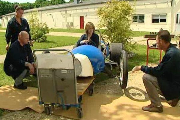 Une des équipes en train de préparer son bolide pour de la course de caisse à savons.