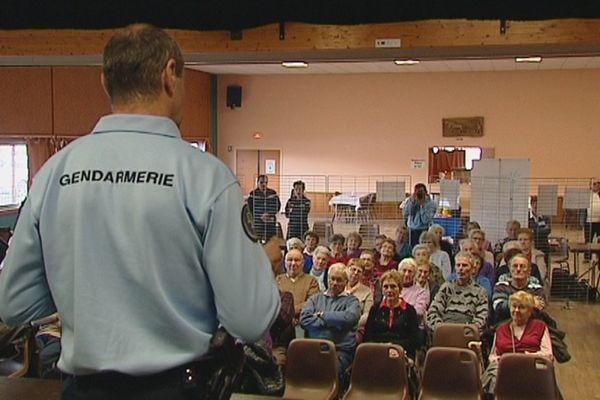 La gendarmerie sensibilise les personnes âgées de Puiseaux (Loiret) contre les vols par ruse