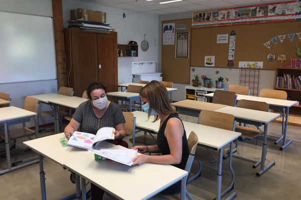 Des enseignantes de l'école primaire du Château à Tournefeuille préparent ce mardi 31 août la rentrée scolaire de jeudi.