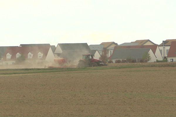 à Epron, près de Caen, les champs sont tout proches des habitations. Le maire souhaite interdire l'usage de pesticides à 150 mètres des maisons