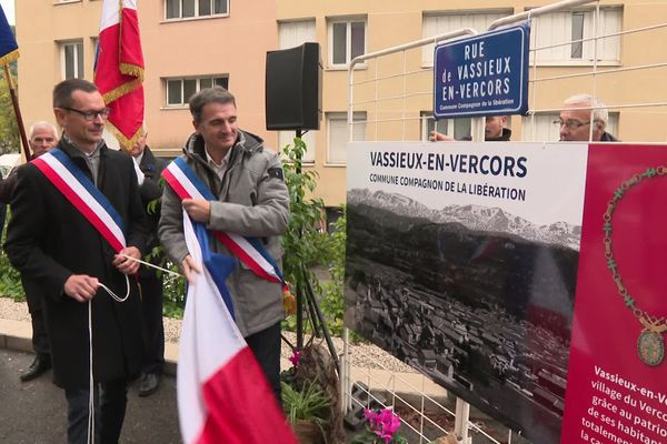 Inauguration de la rue Vassieux-en-Vercors à Grenoble en présence des maires des deux communes
