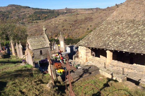 Le cimetière de Saint-Floret (Puy-de-Dôme) est perché dans le Sancy. A la Toussaint, personne n'oublie de fleurir les tombes.