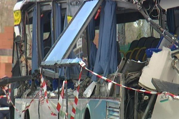Le bus a été coupé en deux
