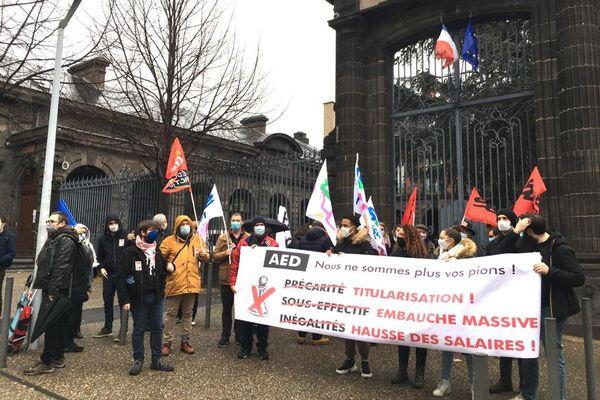 Une centaine d'assistants d'éducation ont répondu à Clermont-Ferrand à l'appel national à faire grève et à manifester.