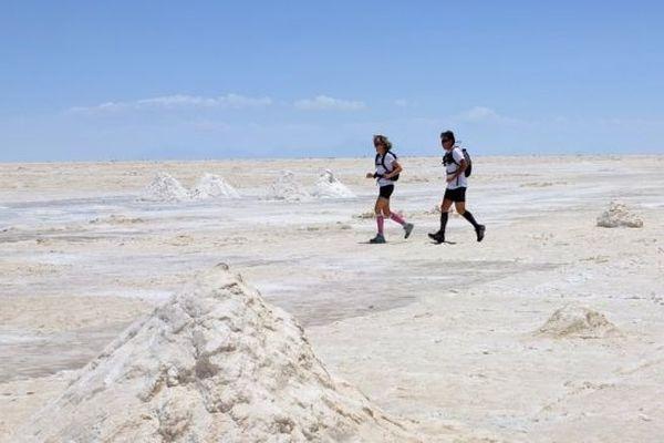Christophe et Frédérique se sont protégés de la réverbération très forte du soleil sur l'étendue désertique