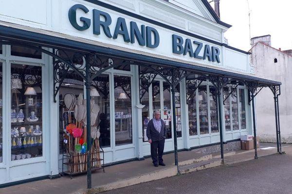 Georges Deffain, arrière petit-fils du fondateur Charles, devant le Grand Bazar de Préfailles.