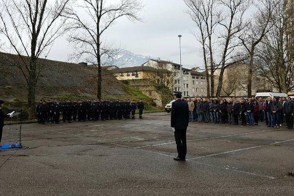 Hommage à Arnaud Beltrame au commissariat de Grenoble