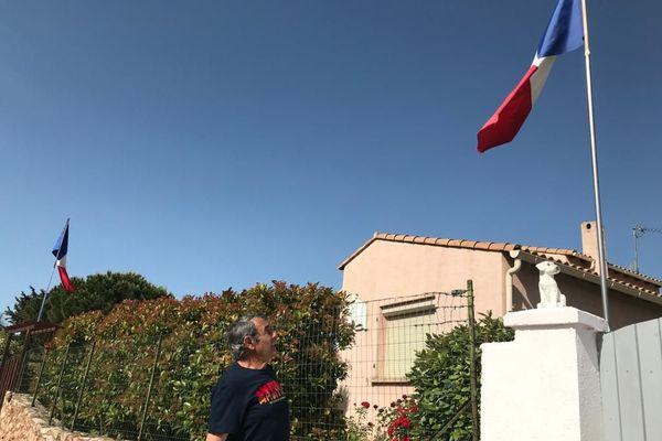 Roger Tognetti à 82 ans tenait à participer symboliquement aux commémorations du 8 mai 1945 en mode confinement : il a donné l'exemple en dressant le drapeau français dans son quartier.