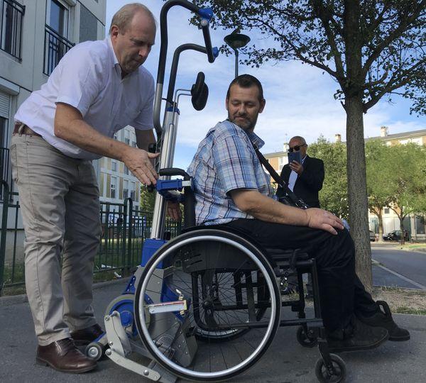 Grâce à ce système, pas besoin pour le bénéficiaire de réaliser un transfert, son fauteuil est directement fixé au dispositif / Reims, le 6 septembre 2019
