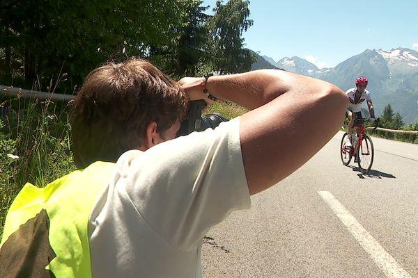 Loury Cavalié immortalise l'ascension des cyclistes dans les 21 virages de l'Alpe d'Huez (Isère).