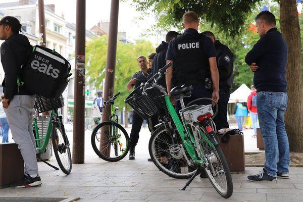 Cette opération de police consistait à vérifier les situations administratives des livreurs de restauration rapide à Amiens