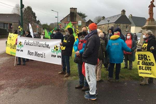 Plusieurs associations dont Greenpeace et le CRILAN se sont données rendez-vous sur l'itinéraire du convoi de combustible à destination de Flamanville pour protester.