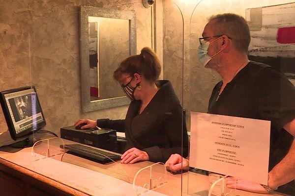 """Marie-Pierre et Eric Chauve, patrons du """"Relais de la Sans-Fond"""", regardent les images des caméras de vidéo surveillance de l'établissement."""