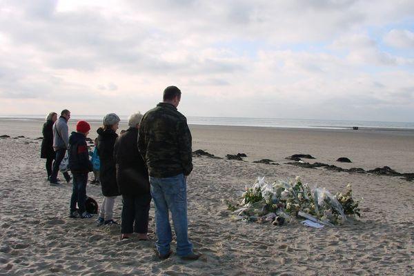 Après la découverte du corps d'Adélaïde sur la plage de Berck le 20 novembre 2013, des passants viennent se recueillir.