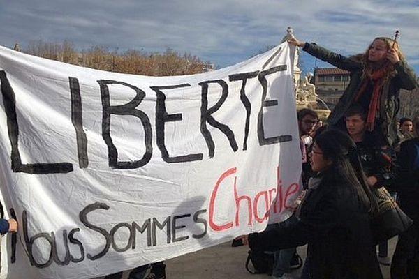 Nîmes - banderole et rassemblement en hommage aux victimes de l'attentat à Charlie Hebdo - 9 janvier 2015.