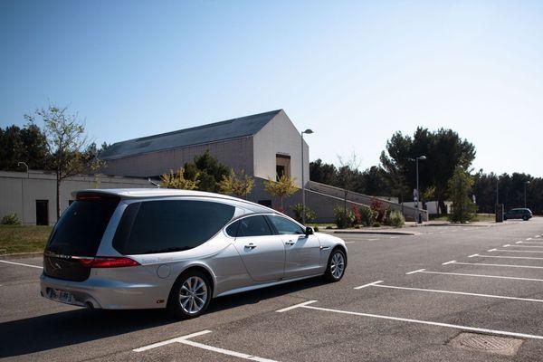 07.04.2020. Seule sur un parking d'un crématorium, une voiture de pompe-funèbre, à Aix-en-Provence, pendant l'épidémie de coronavirus.