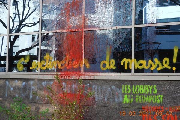 L'action des militants du mouvement Extinction Rebellion au siège de Bayer, à Lyon, vendredi 19 mars.