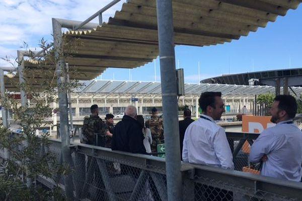Les passagers et le personnel des compagnies est sorti à l'extérieur du terminal 2.