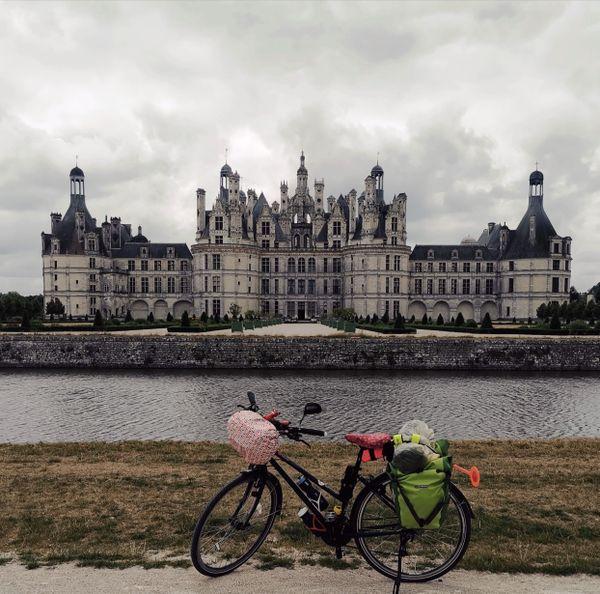 Le vélo Jeannette devant le château de Chambord