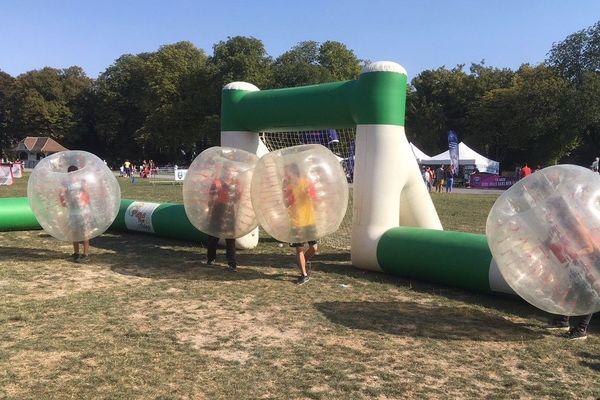 Derniers moments d'été au bubble-foot, au parc de Champagne