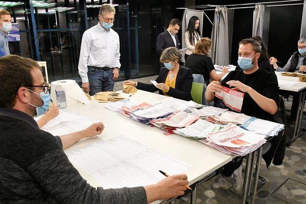 Dépouillement au premier tour des élections municipales en mars 2020 à Montpellier.