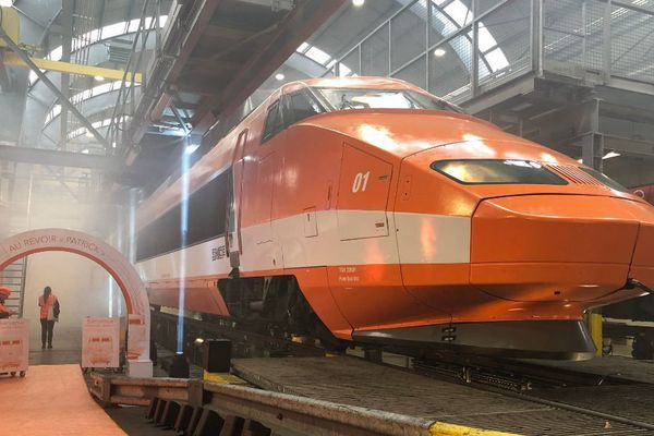 Patrick, la première rame du TGV fait une tournée d'adieu dans les technocentres de la SNCF.