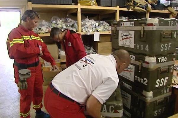 Le matériel est rassemblé et pesé avant le départ, à l'antenne dijonnaise de Secouristes Sans Frontières