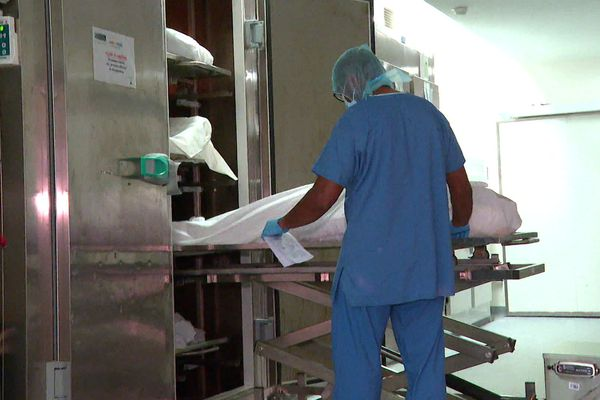 A l'hôpital Pierre Zobda-Quitman, le CHU de Martinique basé à Fort-de-France, la morgue ne suffit plus à accueillir tous les défunts.