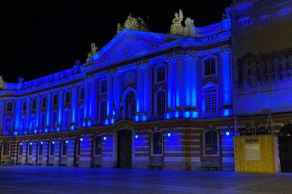 Le Capitolium éclairé en bleu pour soutenir les soignants.
