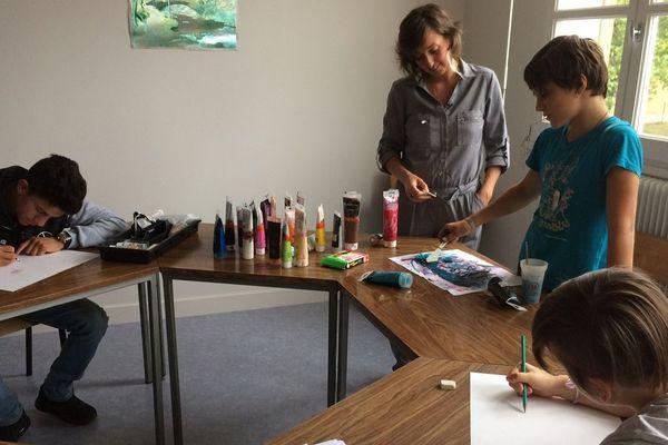 L'atelier d'art-thérapie permet aux adolescents de se libérer de leurs émotions