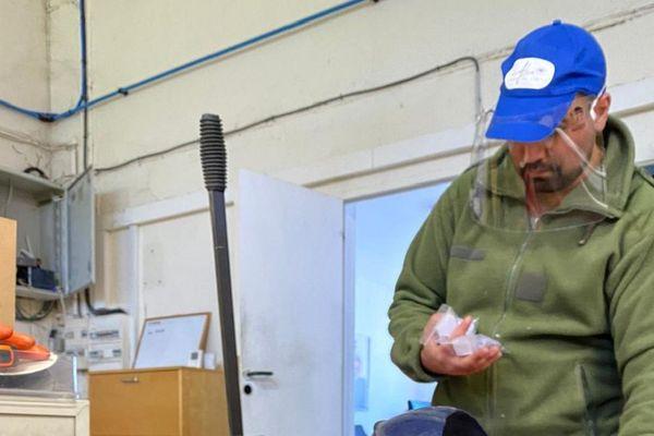 Les salariés de Cédric Martin ont d'abord testé ces visières pour pallier l'absence de masques.