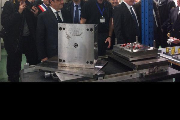 François Hollande visite l'entreprise Viatémis à Verneix (Allier).