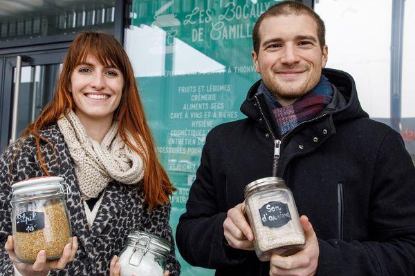 Camille Fracarro et Guillaume Oury devant le local de leur épicerie.