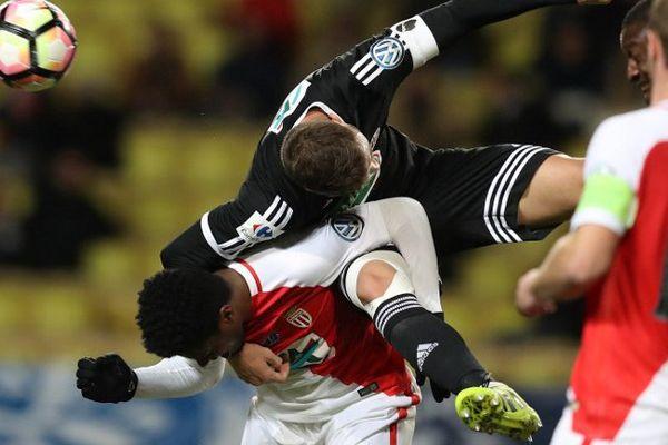 Le défenseur brésilien de Monaco Jemerson (gauche) contre l'Ajaccien Joris Sainati (droite) pour les 16e de finale de la Coupe de France,