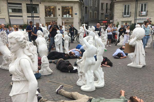 Environ une cinquantaine de militants se sont couchés sur la place.
