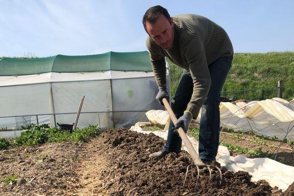 Christophe Hay profite du confinement pour s'occuper de son jardin près de ses restaurants à Montlivault.