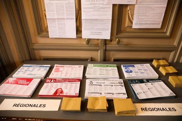 Photo d'illustration. Les bulletins de vote des candidats aux élections régionales en Nouvelle-Aquitaine lors du premier tour, dimanche 20 juin 2021.