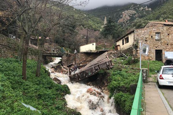 La tempête Fabien a fait de nombreux dégâts, comme ici, à Ocana, où la terrasse de cet établissement a été arrachée par la montée des eaux.
