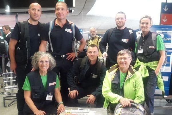 Photo prise à l'embarquement vers l'Indonésie, jeudi dernier. Nos 3 normands et un autre groupe de pompiers dans l'humanitaire