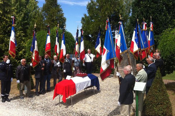 Hommage à Louis Gendillou devant la pierre de mémoire, sur l'esplanade de la résistance,à Châteauneuf-La-Forêt.