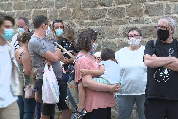 Le port du masque désormais obligatoire dans de nombreuses zones à forte densité humaine.