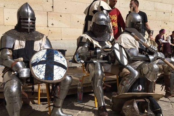 Pour participer au tournoi, les combattants doivent revêtir des armures qui peuvent peser jusqu'à 30 kilos
