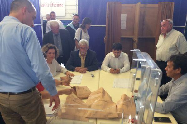Le dépouillement est en cours pour l'élection des 4 nouveaux sénateurs de la Loire.