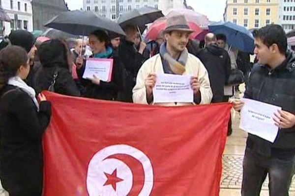 A Clermont-Ferrand, quelques dizaines de personnes se sont mobilisées Place de Jaude pour soutenir la Tunisie.