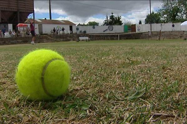 Le Tennis club de Saulieu, qui existe depuis plus de 80 ans, organise depuis 2015 son tournoi annuel de tennis sur gazon. L'occasion de découvrir une pratique peu répandue en France.