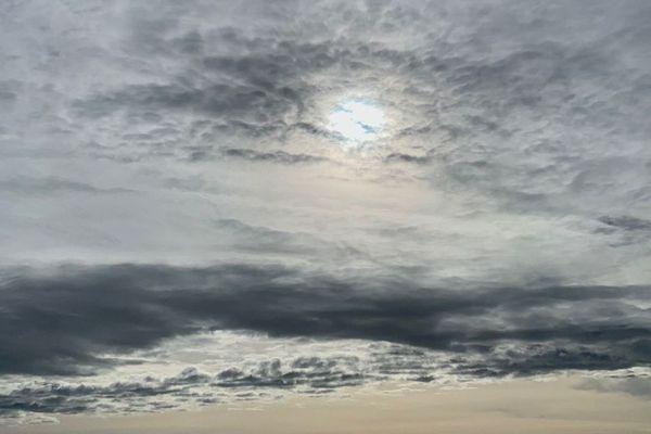 Soleil masqué par de gros nuages, illustration