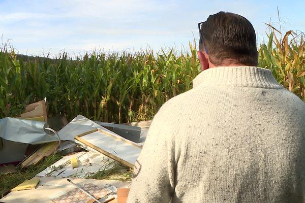 Devant les restes éparpillés de sa caravane, Freddo ne peut que constater l'ampleur des dégâts