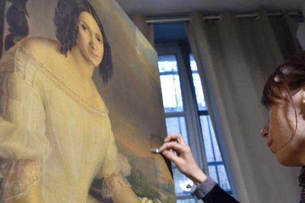 Aurélie Briot est restauratrice d'oeuvres d'art sur Metz. Depuis plus de quatorze ans, elle donne un second souffle à des peintures sur chevalet et murales, qui vieillissent mal.