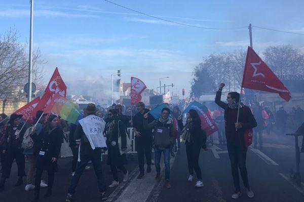 Le défilé, jeudi 10 décembre, a rassemblé plusieurs milliers de personnes à Poitiers : salariés, étudiants, lycéens et retraités.