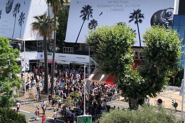 La foule aux abords du palais des festivals lors de l'alerte.